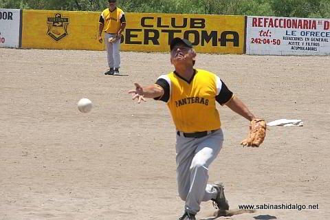 Nabor Soto lanzando por Panteras en el softbol del Club Sertoma