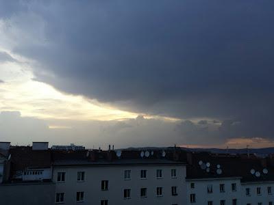Inzwischen ist das kleine Gewitter in sich zusammengebrochen. Mal sehen ob heute noch etwas kommt aber eher nicht. Die Temperatur ist inzwischen auf moderate 28 Grad gesunken und der Wind frischt auf. #Wetter #Wien #Wetterwerte