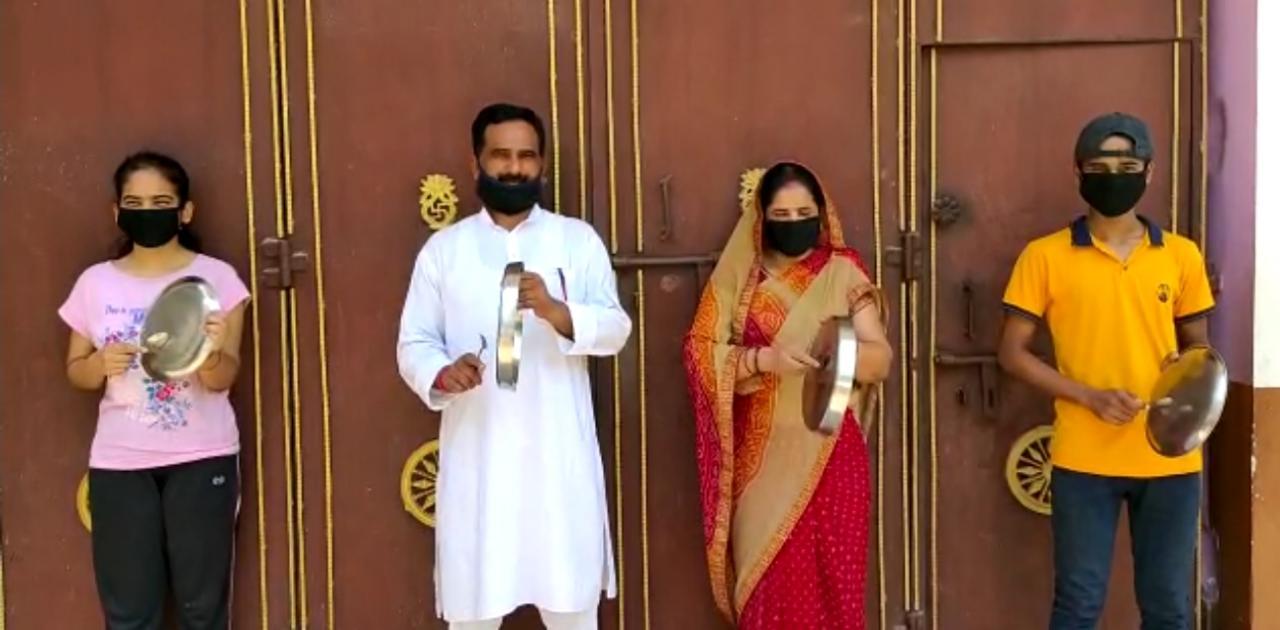 राजद कार्यकर्ताओं ने बजाई थाली। अपने-अपने घरों के दरवाजे पर बजाई थाली, प्रवासी मजदूरों को हक दिलाने की मांग