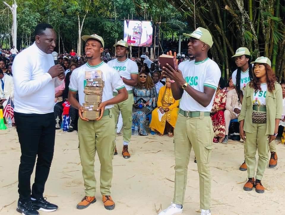 EndSarsMemorial: Billionaire Prophet, Fufeyin fetes Corpers with N2.6 million; Receives National Philanthropist award [Watch Video]