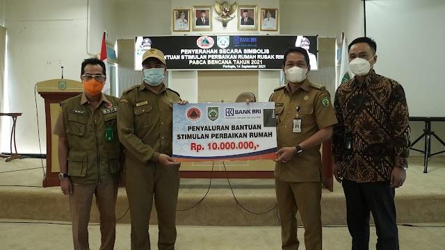 Bupati Abdul Hadi Serahkan Bantuan Stimulan Perbaikan Rumah Rusak Ringan Pasca Bencana