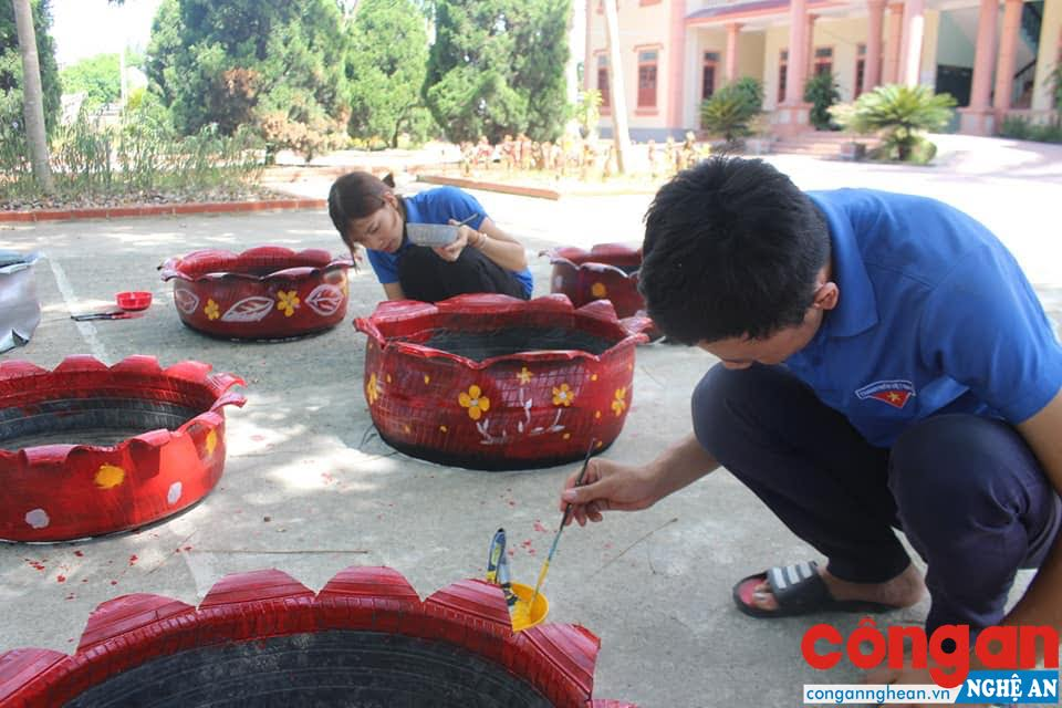 """Các đoàn viên, thanh niên hăng hái tái chế lốp xe làm """" Đường hoa từ lốp xe"""""""
