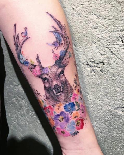 Este floral veado tatuagem