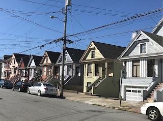 Gate med små, like hus i ulike farger.