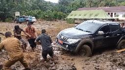 Satgas TMMD Kodim Tapsel Bersemangat     Bantu Mobil Kepala Dinas PPKB Yang Terperosok Lumpur