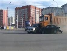 شاحنة طائشة تحطم 12 سيارة دفعة واحده