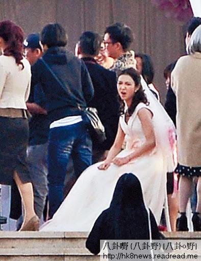 著住婚紗跑上跑落開工,薛凱琪攰到嗌曬救命,周圍搵櫈坐一坐攤抖。