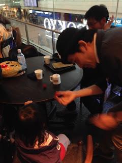 マジシャンひろしつちやが羽田空港で子供にマジック