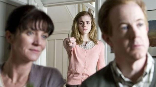 Por que Hermione limpou a memória de seus pais e ela a restaurou?