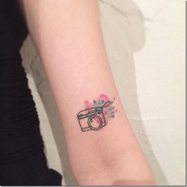 solitaria_y_colorida_flor_en_el_brazo