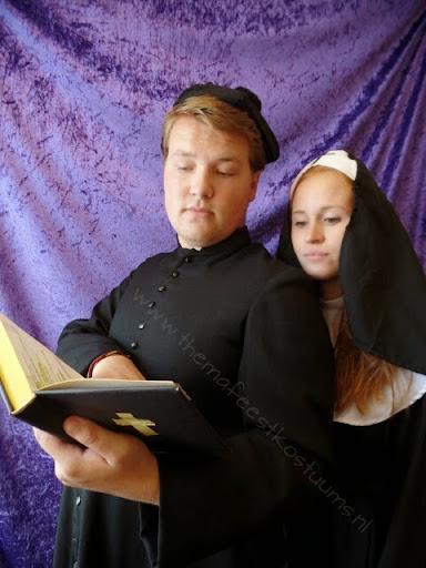 R priester en non.jpg