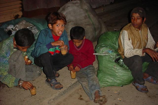 Enfants des rues à Katmandou