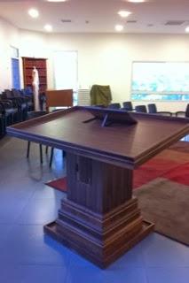 שולחן תפילה מיוחד, עולה ויורד, לפי צרכי שליח הציבור. A special prayer table, raising and lowering, per requirements of the Sheliakh Tzibur.