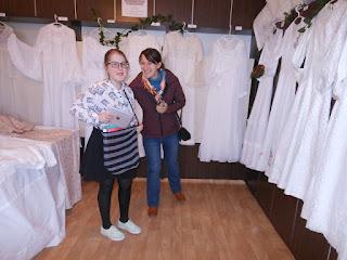 mladé slečny pri svadobných šatách