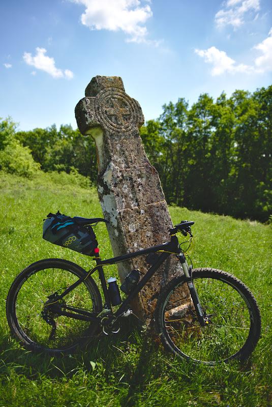 Una din multe cruci de piatra ce sunt raspandite prin Podisul Transilvaniei.