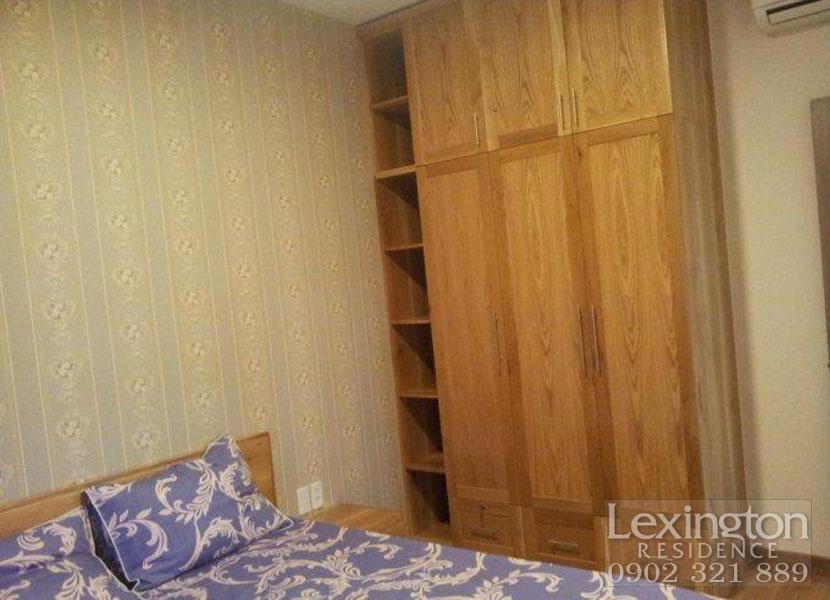 Phòng ngủ chính có chiếc tủ quần áo gỗ sồi cao cấp tại Lexington cho thuê