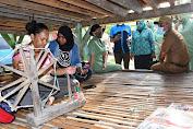 Peduli Penenun Lokal, Pangdam XIV/Hsn Melalui Persit Bagikan Paket Bantuan di Buton