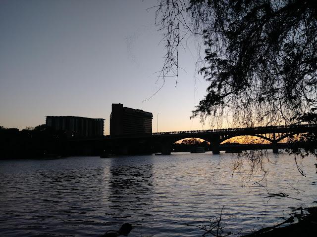 Desmontarcoches en puente Austin con Murciélagos