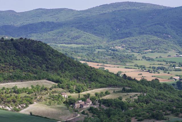 Les Fouix depuis les Hautes-Courennes et le Lubéron. Saint-Martin-de-Castillon (Vaucluse), 7 mai 2014. Photo : J.-M. Gayman