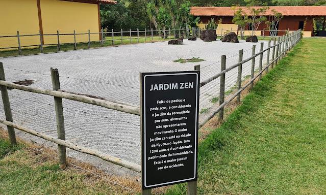Jardim Zen na Praça Torii. Mosteiro Zen Budista do ES.