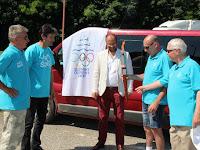 27 A Szokolyi Alajos Olimpiai Klub képviselői a fáklyával.JPG