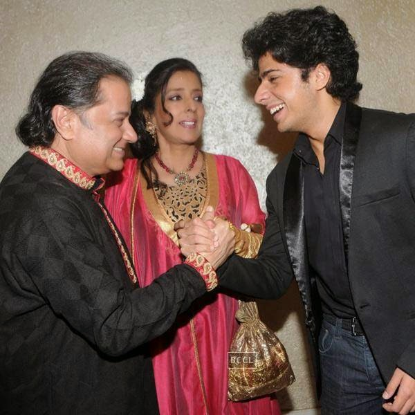Anup Jalota with his wife Medha Jalota and son Aryaman during his birthday celebrations, in Mumbai, on July 29, 2014. (Pic: Viral Bhayani)