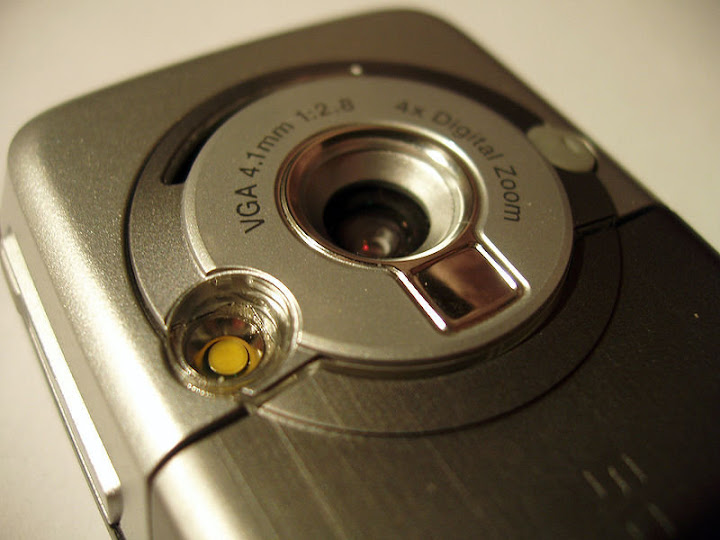Camera lens and flash light close-up of the K700i by Laurijs Svirskis, licensed Creative Commons on Wikimedia