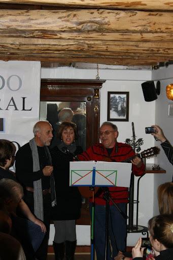 Julio, Agurtzane y Víctor interpretan una canción