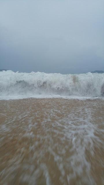 Foto de oleaje de mar rompiendo mientras está apunto de embestir al espectador