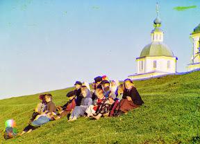 Русские дети сидят на холме недалеко от церкви у Белого озера в 1909 году