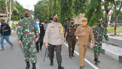 Ungkapan Terima Kasih Kepada Masyarakat Menjaga Kondusifitas Wilayah, TNI-Polri di NTB Berikan Bansos