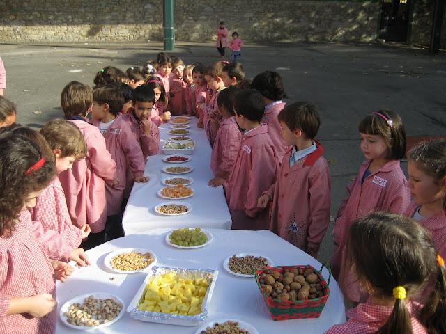 Infantil saborea las frutas de otoño