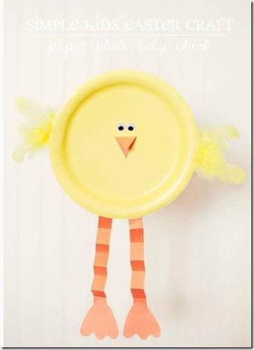 pollitos con platos de cartón