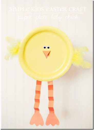 Pollitos de Pascua con platos de cartón