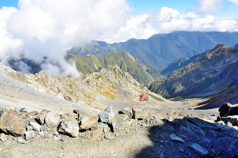 槍ヶ岳山荘手前から登山道を振り返る