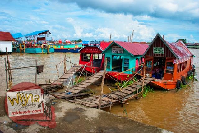 Warung apung yang menjual aneka makanan bersaing secara sehat di atas Sungai Musi di Palembang Sumatera Selatan