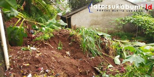 4 Rumah terancam longsor di Cibadak Sukabumi // Foto : Rapik Utama