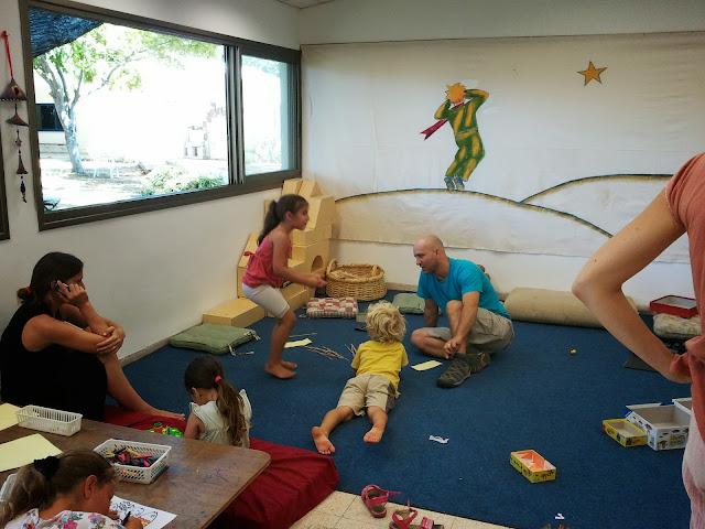משחקי שולחן וציור בשטיח הכחול