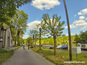 Photo: Péniches amarrées à Samois sur Seine - E-guide balade circuit à vélo sur les Bords de Seine à Bois le Roi par veloiledefrance.com.