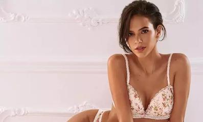 Marquezine posa com lingerie floral em clima de primavera