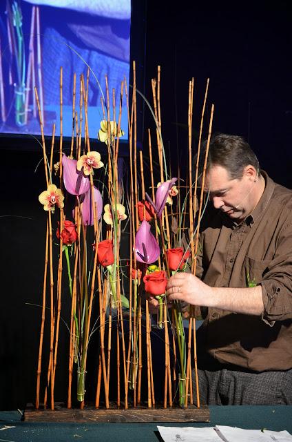 Una estructura de mimbre, en la qual s'hi van aplicar diverses provetes, va ser el suport per a roses vermelles, anthuriums i petits phalaenopsis.