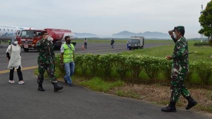 Tim Wasev  Mayjen TNI Eka Wiharsa  Tiba   di Bandara Dr.Ferdinand Lumban Tobing, Sibolga Tapanuli Utara