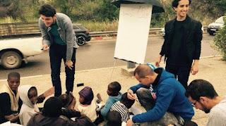 À «l'école des réfugiés», des jeunes Algériens combattent les clichés en aidant des migrants subsahariens