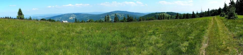 Photo: I na Mędralowej, z tyłu widać szczyt Jałowca i Beskid Mały.