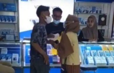 Pasangan Remaja Bertengkar di Konter HP, Si Cewek Maunya iPhone, Bukan Vivo