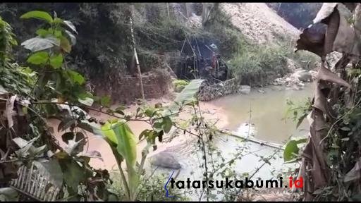 Warga Gusar, Sungai Cimahi - Cibadak Coklat Pekat Diduga Akibat Limbah