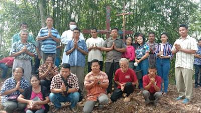 Usir Roh Jahat, Umat Di Selimus Pasang Salib Pelindung Batas Kampung