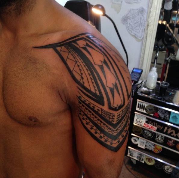 Este tribal no ombro peça