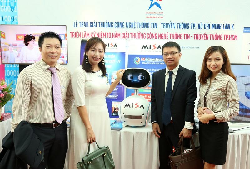 ại diện công ty MISA chụp hình cùng các khách mời
