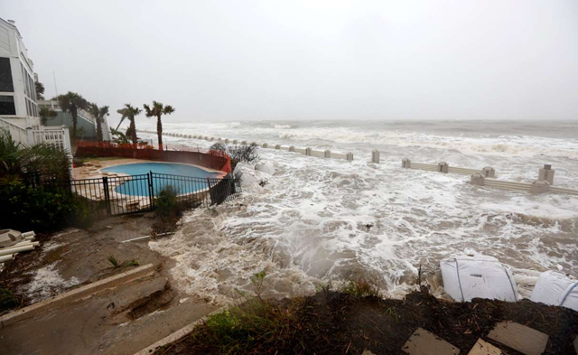 Waves crashing over an experimental sea wall built to protect homes during high tide in Isle of Palms, S.C., in 2015. Photo: Mic Smith / Associated Press